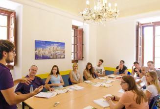 Egy tanár beszél az angolul tanuló diákokkal teli teremben