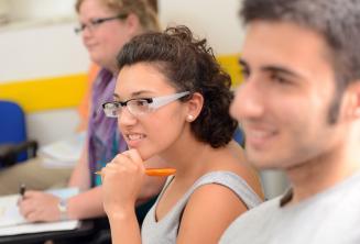 Egy tanuló intenzíven figyel