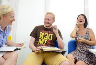 Diákok nevetnek és élvezik az órát