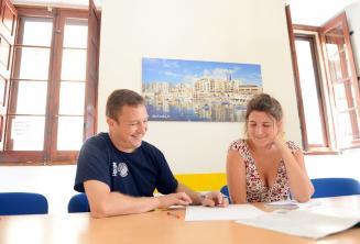 Egy tanár magán nyelvórát tart egy diáknak a nyelviskolánkban, Máltán