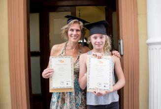 Anyuka és lánya a bizonyítványaikkal az elvégzett angol tanfolyam végén