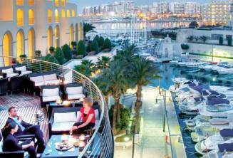 Hátsó terasz és a Portomasso kikötő a Hilton Malta-ban