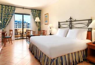 Hálószoba a Hilton hotelben Máltán