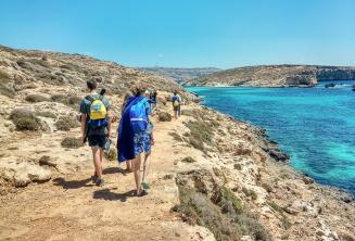 Angol nyelvtanulók gyalogolnak a Kék-Lagúna mellett