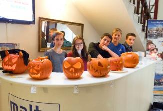 Junior tanulók Halloween tökökkel az iskola recepcióján