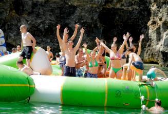 Nyelviskolai tanulók egy vízi parkban, Máltán
