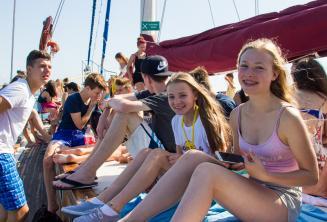 Fiatal diákok élvezik az iskolai hajókirándulást