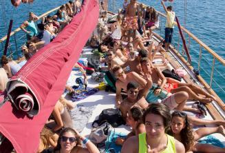 Tanulók a hajó fedélzetén napoznak