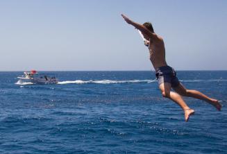 Egy diák éppen leugrik a hajóról