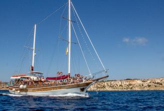 A Maltalingua hajója útban Cominóra