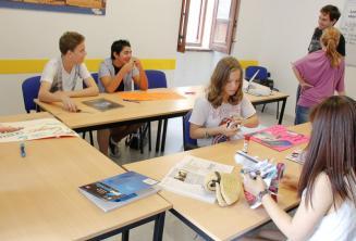 Tanulók egy angol órai feladaton dolgoznak