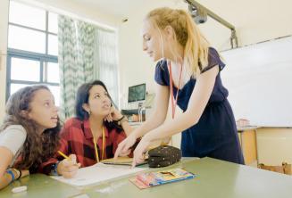 Egy tanár egy angol nyelvi feladatot magyaráz 2 tanulónak