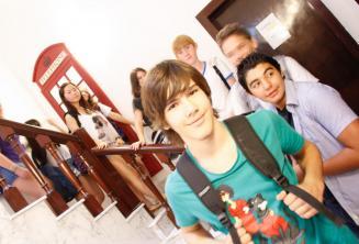 A tanulók egy csoportja szemben a piros angol telefonfülkével