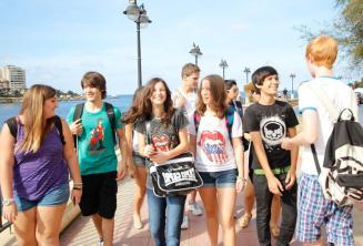 Junior diákok együtt sétálnak
