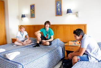 3 tinédzser diák a diákszállón levő szobájukban