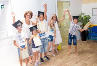 Gyerekek az angol nyelvtanfolyam elvégzését igazoló bizonyítványaikkal