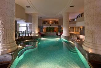 Belső úszómedence és spa egy hotelben St Juliansben, Máltán