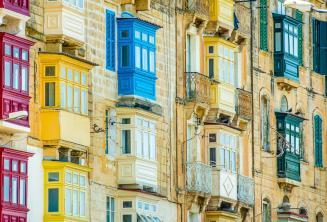 Színes máltai erkélyek