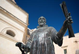 Egy tekercset tartó férfi szobra Máltán
