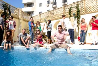 Tanulók fürdenek az úszómedencében