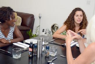 Angolul tanuló diákok a vacsoraasztalnál a befogadócsaládjukkal St Juliansben