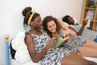 Egy tanuló olvas a befogadócsalád egyik tagjával