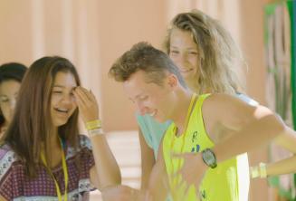 Diákok nevetnek és táncolnak a szünetben