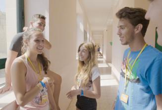 Diákok beszélgetnek a junior nyelviskolában