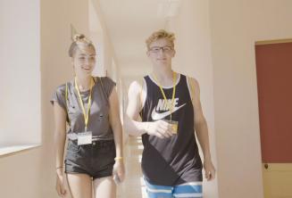 Egy tinédzser fiú és lány sétál át a nyelviskolán