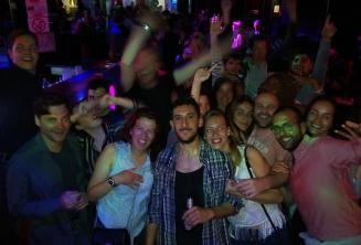 Az angol nyelviskola munkatársainak és tanulóinak egy csoportja bulizik Paceville-ben