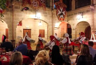 Hagyományos máltai táncosok előadása egy étteremben