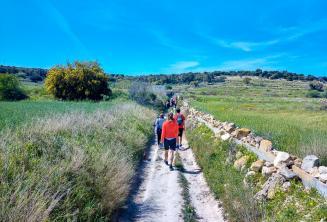 Egy csoportja az angolul tanulók diákoknak átszeli a vidéket Máltán