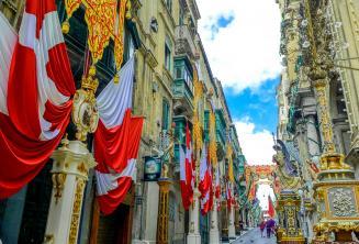 Egy zászlókkal díszített utca Vallettában, Máltán