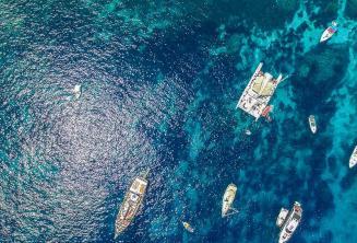 Légifotó hajókról a Crystal Bay-ben, Cominón